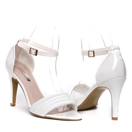 Białe sandały na szpilce- Obuwie