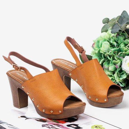 Світло-коричневі босоніжки на більш високій пості Madella - Взуття 1
